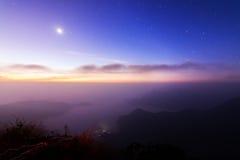 Zonsopgangscène met de piek van berg en cloudscape Stock Foto's