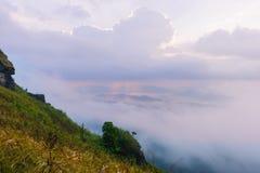 Zonsopgangscène met de piek van berg en cloudscape Royalty-vrije Stock Foto
