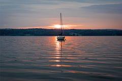 Zonsopgangschijnwerper op de zeilboot stock foto's