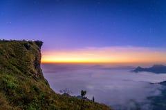 Zonsopgangscène met de piek van berg en cloudscape in Phu CH Stock Afbeelding