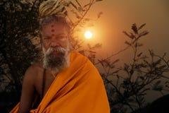 In zonsopgangtijd die heilige mediteren stock fotografie