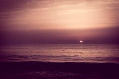 Zonsopgangzonsondergang over de overzeese oceaangolven Royalty-vrije Stock Afbeelding
