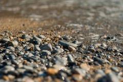 Zonstenen van een strand, verlaten stenen royalty-vrije stock afbeeldingen