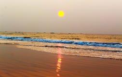 Zonstijging bij chandrabhaga overzees strand royalty-vrije stock foto's
