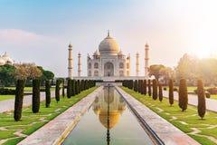Zonstijging bij het vooraanzicht van Taj Mahal de bezinningspool die wordt overdacht stock foto