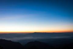 Zonstijging met blauwe en oranje hemel van de ochtend Royalty-vrije Stock Foto's