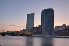 Zonstijging over Grand Rapids Michigan stock foto's