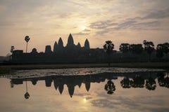 Zonstijging van Angkor Wat in de ochtend, Kambodja Royalty-vrije Stock Foto's