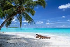 Zonstoelen op strand in de Maldiven in de winter royalty-vrije stock afbeeldingen