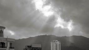 Zonstraal die door de wolken glanzen Stock Afbeelding