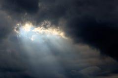 Zonstraal in Donkere Wolken en Hemel Stock Foto's