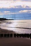 Zonstralen achter wolken blauwe hemel Royalty-vrije Stock Foto