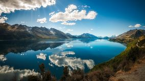 Zonstralen bij Meer Wakatipu, Nieuw Zeeland stock foto
