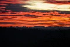 Zonstralen bij zonsondergang in de wolken Royalty-vrije Stock Afbeeldingen