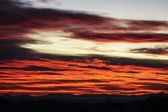 Zonstralen bij zonsondergang in de wolken Stock Afbeelding