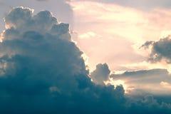 Zonstralen die door donkere wolken bij zonsondergang breken royalty-vrije stock fotografie