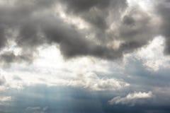 Zonstralen die door onweerswolken glanzen Royalty-vrije Stock Fotografie