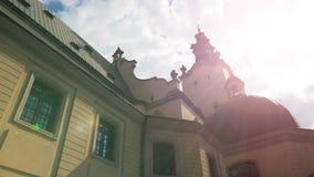 Zonstralen die omhoog de mooie kerkbouw in Lviv aansteken, biddend plaats, zegen stock videobeelden