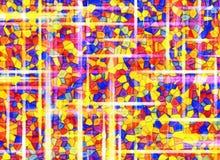 Zonstralen door achtergronden van het gebrandschilderd glas multicolored venster Stock Afbeelding