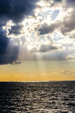 Zonstralen door stormachtige wolken Stock Foto's