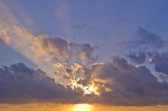 Zonstralen door wolken bij zonsopgang Royalty-vrije Stock Foto