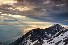 Zonstralen en wolken over Karavanke en Sava-vallei Slovenië stock foto's