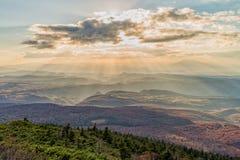 Zonstralen over de bergketen bij Hakkoda-gebied in de herfstseizoen Royalty-vrije Stock Afbeeldingen