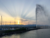 Zonstralen over Straald'eaux in Genève, Zwitserland Stock Foto's
