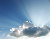 Zonstralen van licht door wolken Stock Foto's