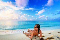 Zonvakantie bij het tropische strand Royalty-vrije Stock Afbeelding