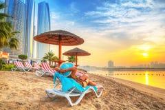 Zonvakantie op het strand van Perzisch Golf Stock Foto