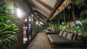 Zonzitkamer buiten door de poolvilla Stock Foto