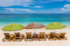 Zonzitkamers met paraplu's bij het Strand van Ilig Iligan, Boracay-Eiland, Filippijnen Stock Afbeelding