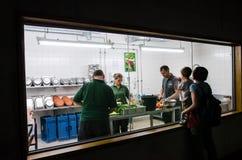 Zooarbetare som förbereder mål för djuren på Berlin Zoo Arkivfoto