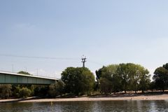 Zoobridgen och det naturliga landskapet på eau-de-cologne Tyskland för flodbank fotografering för bildbyråer