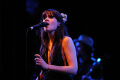 Zooey Deschanel, attrice di Hollywood e cantante, lo esegue con la sua banda lei & a Apolo fotografia stock