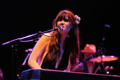 Zooey Deschanel lo esegue con la sua banda lei & immagine stock