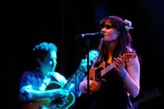 Zooey Deschanel utför med henne musikband henne & honom Arkivfoto