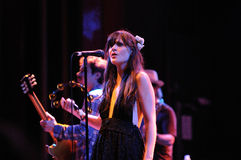 Zooey Deschanel utför med henne musikband henne & honom Royaltyfri Fotografi