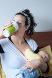 Zoogt de moeder drinkende baby van de borst Stock Fotografie