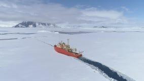 Zoom aereo del ghiaccio della rottura della nave del rompighiaccio dell'Antartide archivi video