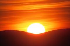 Zoom auf einem herrlichen orange Sonnenuntergang stockfotografie