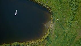 Zoom aus den Kindern heraus, die im See spielen stock footage