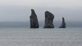 Zoom in considerazione delle isole rocciose in oceano Pacifico, vista sul mare della penisola di Kamchatka video d archivio