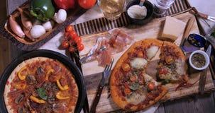 Zoom in considerazione delle pizze italiane deliziose archivi video