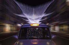 Zoom da noite do táxi Foto de Stock