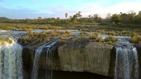 Zoom dal Dray Nur Waterfall e dal paesaggio del fiume archivi video