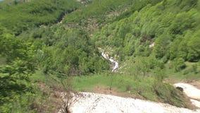 Zoom della cascata fuori ad un ghiacciaio nelle alpi francesi, d'Ornon del passo, Francia video d archivio