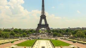 Zoom della torre Eiffel di lasso di tempo del traffico cittadino stock footage