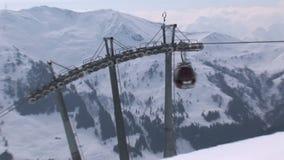 Zoom fuori da un elevatore dello sci in Saalbach-hinterglemm stock footage
